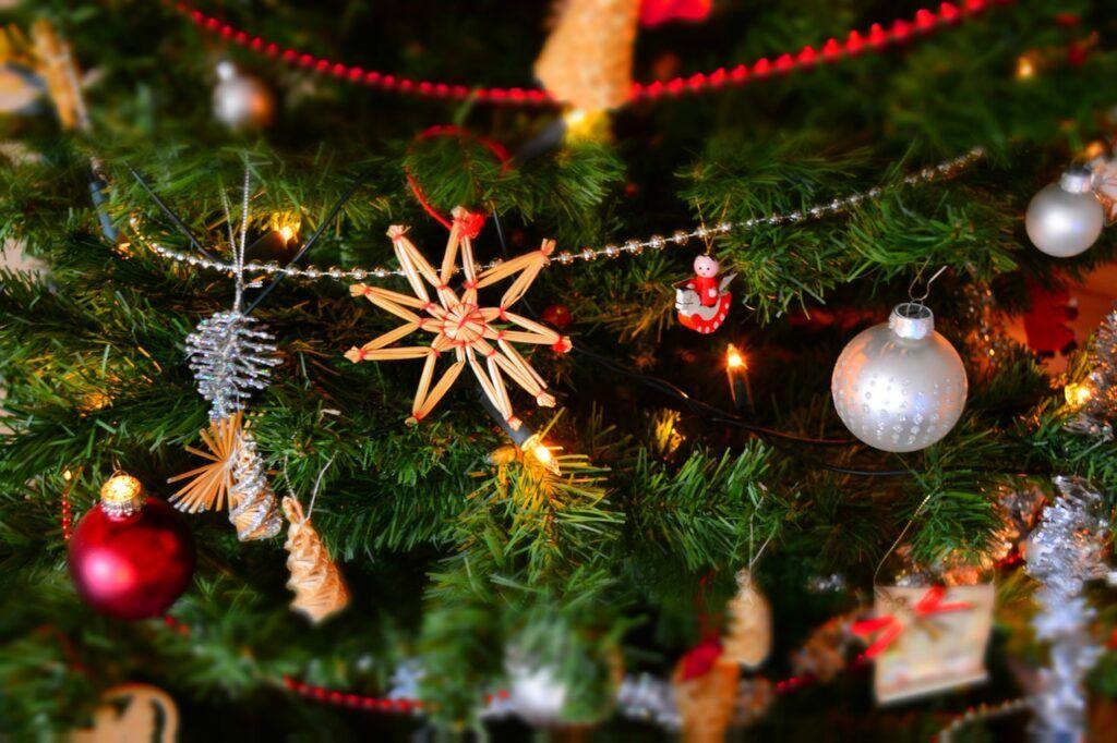 juletræ med pynt til julegaver