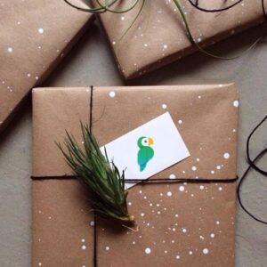 Alle gaver bliver pakket personligt og lækkert ind og der vedlægges altid et til- og frakort.Vi smider altid et byttemærke ovenpå gavens prismærke og der er altid 30 dages returret på gaver med byttemærke.Hvis du har flere varer i din bestilling og kun
